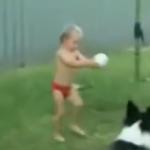 ボールを蹴るタイミングが分からない赤ちゃんがシドロモドロで可愛い!