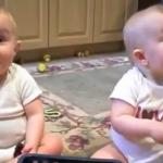 双子の赤ちゃんの大げさすぎるパパのモノマネ?!