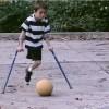 片脚で生まれてきた少年がサッカーのスター選手になるまで