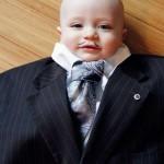 海外で話題!パパのスーツを着た赤ちゃんが可愛すぎる!