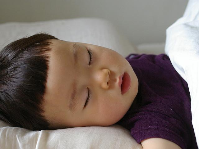 夜中に何度も起きる子の原因と対処法